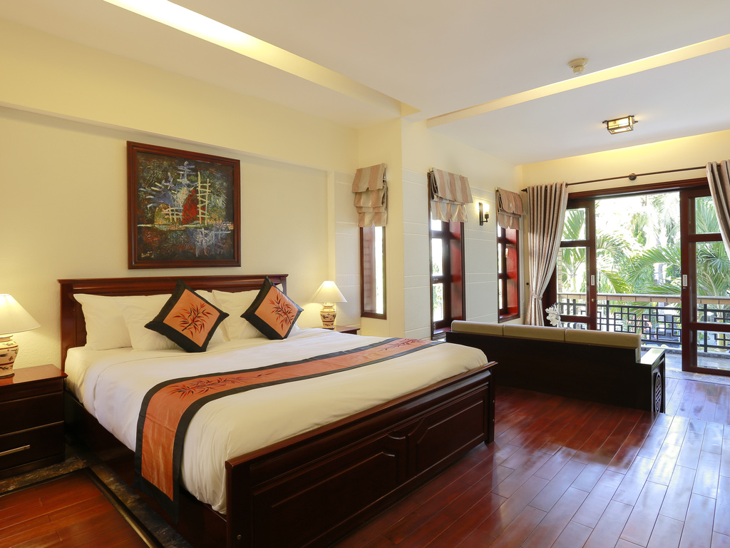 junior-suite-kingsize-bed-and-sofa-hoian-mercure-hotel1