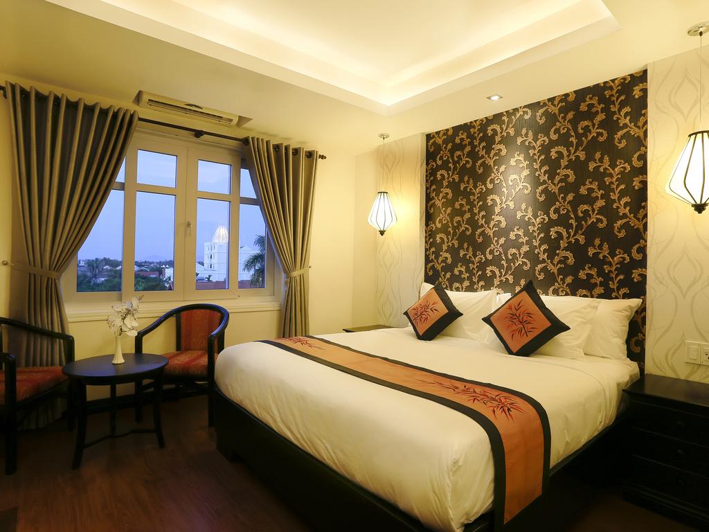 standard-1-king-size-bed-mercure-hoian-hotel